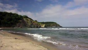 处于低潮中碰撞在岩石的波浪 影视素材