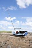 处于低潮中被停泊的游艇。 免版税库存图片