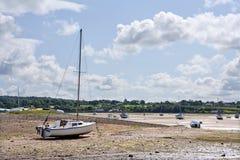 处于低潮中被停泊的游艇。 图库摄影