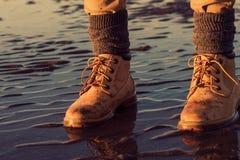 处于低潮中走在海滩的女孩,脚细节 库存照片
