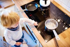 处境危险的小孩男孩在家 儿童安全概念 库存图片