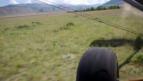 从处女干草原的储蓄录影镜头高山飞行起飞 影视素材