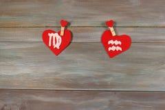 处女座和宝瓶星座 黄道十二宫和心脏 木backgr 免版税库存照片