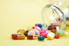 处方药片和医学疗程使溢出服麻醉剂在瓶外面 免版税库存照片