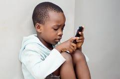 处理一个手机的孩子 库存图片