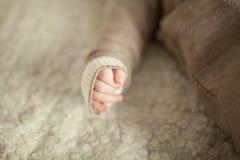 处理一件温暖的毛线衣的婴孩 免版税库存照片