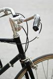 处理一辆黑自行车的酒吧有黑夹子的 免版税库存照片