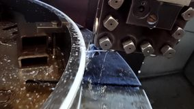 处理与一把切削刀的录象剪辑金属不锈钢有爬行为的减速的和落的金属芯片的作用的 股票视频