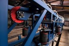 处理与现代机械的木日志 库存照片