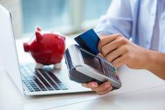 处理与pos终端的人信用卡交易 免版税库存照片