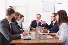 处理会议经理雇员 友好的大气,情感地讨论 库存图片