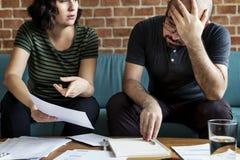 处理债务声明的年轻夫妇 免版税库存照片