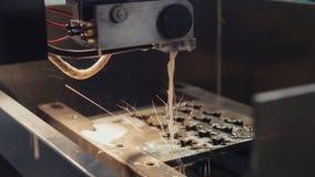 处理在产业-金属切口的激光  火花飞行 库存图片