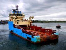 处理在回旋的船锚船 免版税库存图片