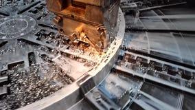 处理在块持有人的一把切削刀帮助下的生产过程金属的录象剪辑在转动w的一块圆板材 股票录像
