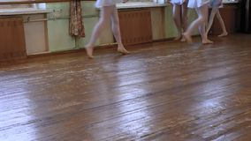 处理在手步行的四个女孩裙子在开始以第三个位置的墙壁附近 股票录像