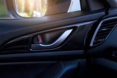 处理在车和汽车内部的门开头 免版税图库摄影