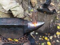 处理在铁砧的铁匠炽热铁棍 图库摄影