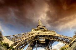 处理埃佛尔铁塔的恶劣天气 免版税库存照片