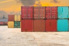 处理堆在暮色场面的容器运输 免版税库存照片