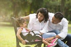 处理女儿的印地安父母与 图库摄影