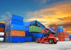处理容器箱子的铲车在造船厂 免版税图库摄影