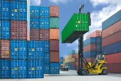 处理容器箱子的铲车装载对卡车在进口expor 免版税库存照片