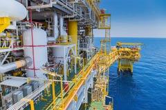 处理平台的油和煤气生产了气体和原油精炼厂和石油化学制品的 免版税库存照片