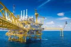处理平台的油和煤气,生产气体凝析油和水和送到向着海岸的精炼厂 库存图片