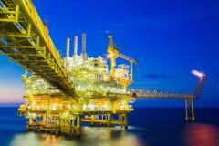 处理平台的油和煤气,生产气体凝析油和水和送到向着海岸的精炼厂 图库摄影