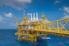 处理平台的油和煤气,生产气体凝析油和水和送到向着海岸的精炼厂 免版税库存图片