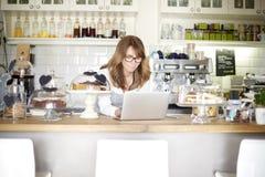 处理我的在咖啡馆的事务 免版税库存照片