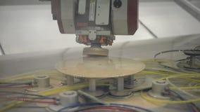 处理擦亮剂的玻璃的CNC机器在圆的镜子的小平面 影视素材