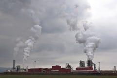 处理木头的工厂污染 库存照片