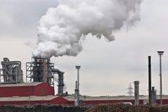处理木头的工厂污染 免版税库存图片