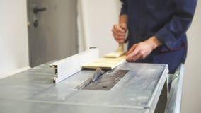 处理木细节的木匠使用工业切割机 影视素材