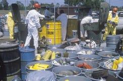 处理毒性家庭废物的工作者在世界地球日的废清洁站点在优尼科植物在威明顿,洛杉矶,加州 免版税图库摄影