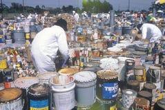 处理毒性家庭废物的工作者在世界地球日的废清洁站点在优尼科植物在威明顿,洛杉矶,加州 免版税库存照片
