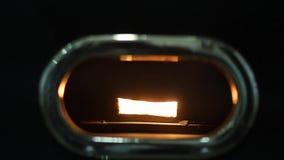 处理用豆的咖啡英尺长度的关闭混合在转动在设备里面的特别机器 股票录像