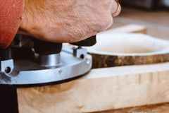 处理由一个机器的一个家具零件擦亮的树 在板,选择聚焦的磨床 免版税库存图片