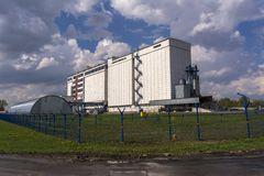 处理的一家大工厂五谷 高五谷存贮电梯 库存照片