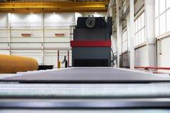 处理的喷射清理机器金属板 免版税库存图片