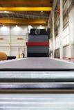 处理的喷射清理机器金属板 免版税库存照片