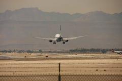 处理的民航飞机跑道 图库摄影