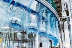 处理的矿泉水特写镜头水装瓶专线 库存图片