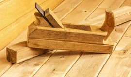 处理的硬木和木头酒吧整平机 免版税库存图片