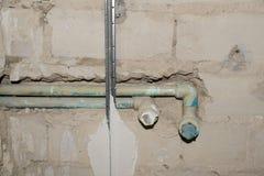 处理维修服务沙纸墙壁的公寓 墙壁修理 整修房子 整修家 改造房地产 库存照片