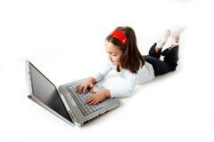 处理膝上型计算机年轻人的女孩 免版税图库摄影