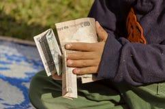 处理许多金钱的孩子 免版税图库摄影