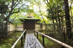 处理路到寺庙,十三弦琴在Daitoku-ji子寺庙  免版税库存照片